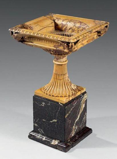 Importante vasque quadrangulaire en marbre...