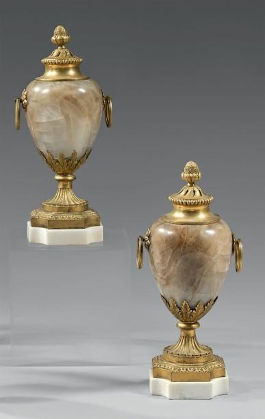Paire de vases couverts en onyx et bronze...