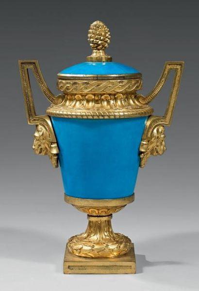 Vase en porcelaine bleue turquoise à monture...