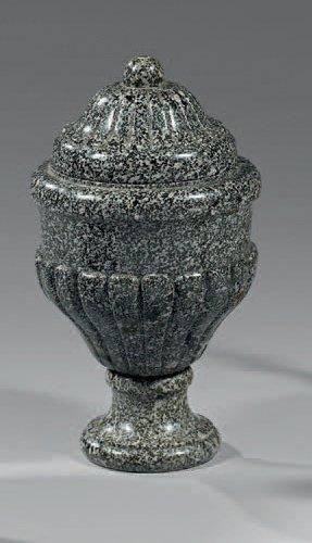 Vase couvert en granit mouluré et godronné....