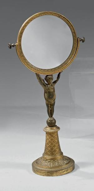 Miroir de toilette en bronze ciselé, moleté...