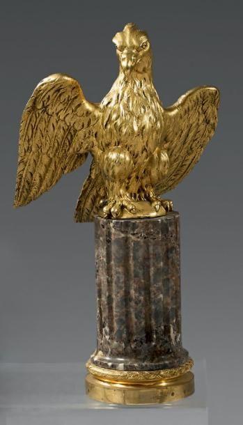 Aigle en bronze finement ciselé et doré,...