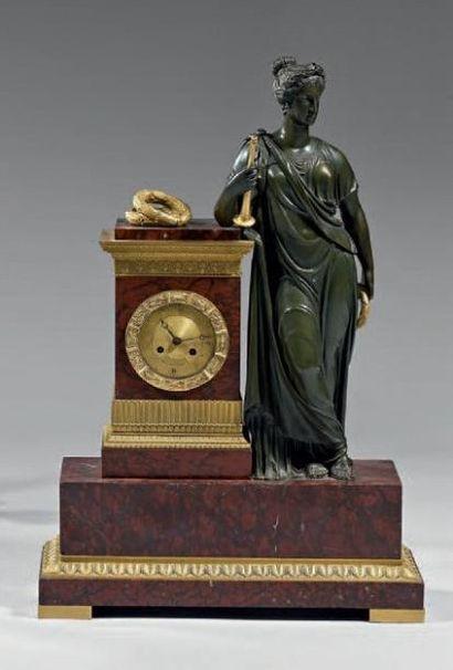 Importante pendule en bronze ciselé, doré...