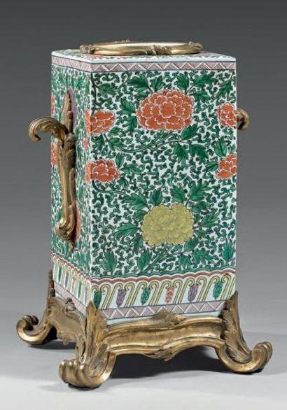 Grand vase de forme quadrangulaire en porcelaine...