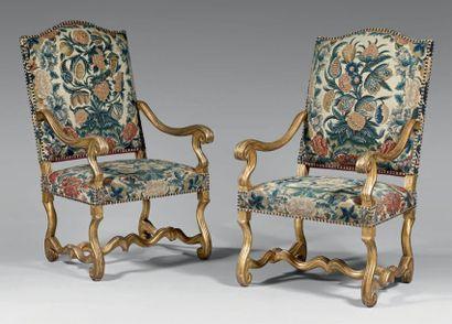 Paire de larges fauteuils à haut dossier...