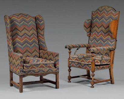 Deux fauteuils à oreilles en bois naturel...