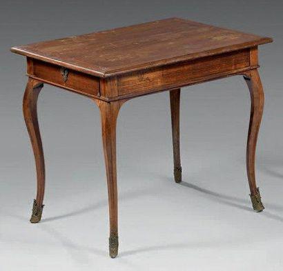 Table à plateau rectangulaire dit «cabaret»...