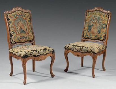 Paire de chaises à haut dossier plat en orme...