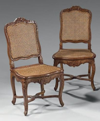 Paire de chaises en hêtre mouluré et sculpté...