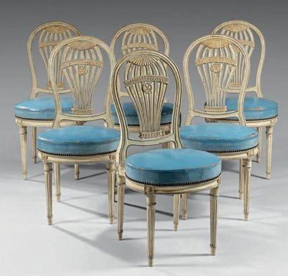 Suite de six chaises en hêtre mouluré et...