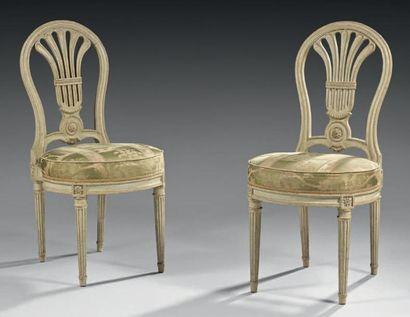 Paire de chaises à dossier gerbe en hêtre...