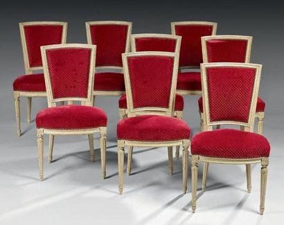 Huit chaises à dossier cabriolet en bois...