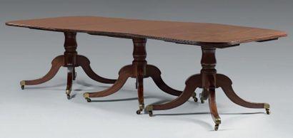 Importante table de salle à manger en acajou....