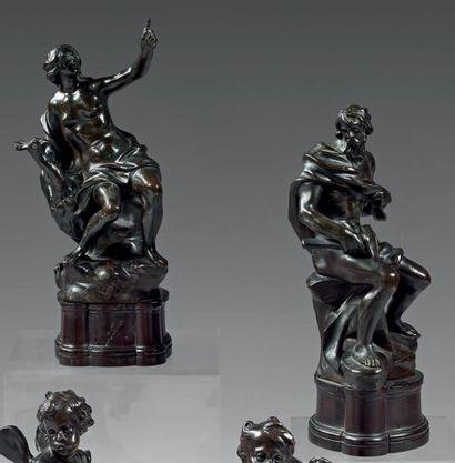 Rare paire de groupes en bronze patiné représentant...