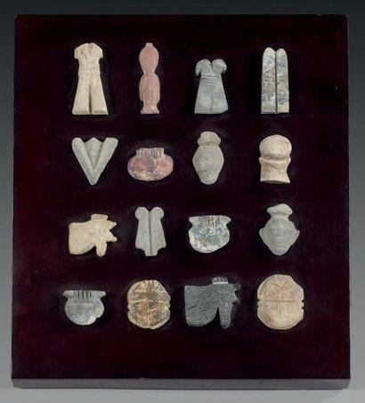 Lot de seize amulettes représentant deux...