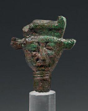Tête d'Hathor janiforme provenant d'un sistre....
