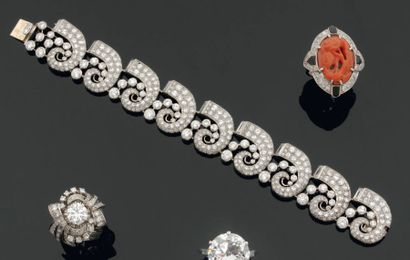Elégant bracelet articulé en platine, composé...