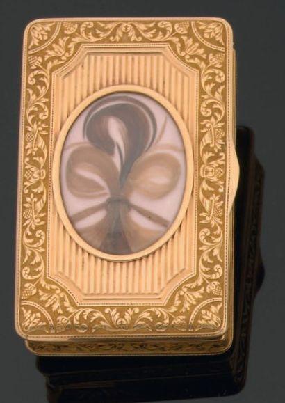 Belle tabatière rectangulaire en or guilloché,...