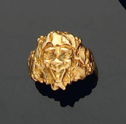 Bague en or représentant une tête de grotesque...