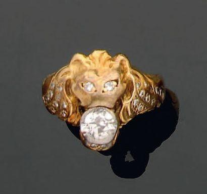 Bague en or, stylisant une tête de lion retenant...