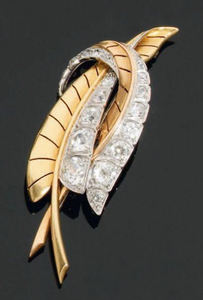 Broche en or et platine, stylisant 2 feuilles...