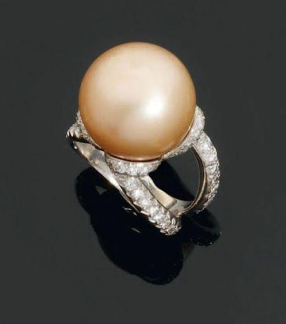 Bague en or gris, ornée d'une belle perle...