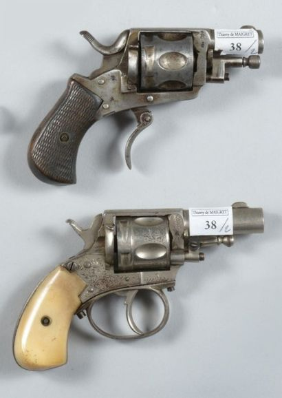 Deux revolvers Bull Dog de fabrication liégeoise,...