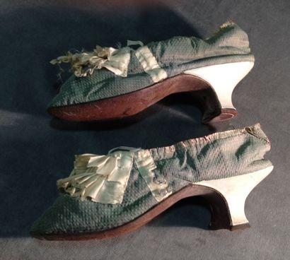 Escarpins de dame, époque Louis XVI. Petit façonné de soie à pastilles gris-bronze,...