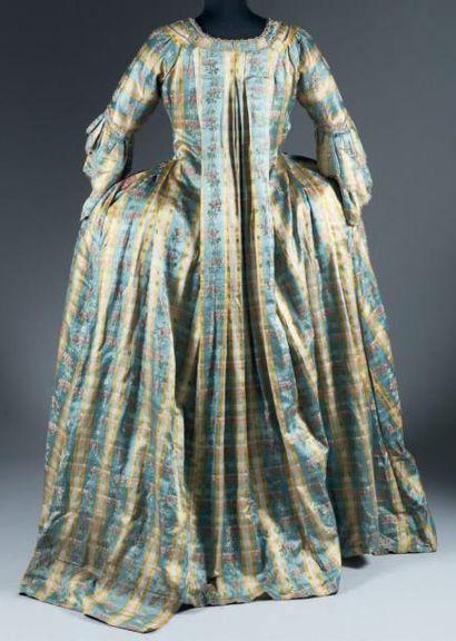 Robe à la française complète en satin pékiné dit «Florentine», vers 1765-1770. Lampas...