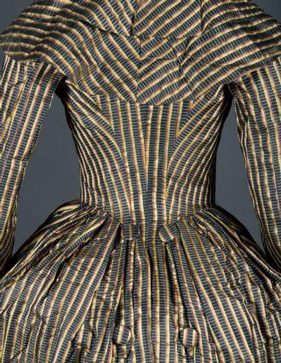Superbe robe redingote, vers 1787. Satin de coton et soie gris charbon à bandes...