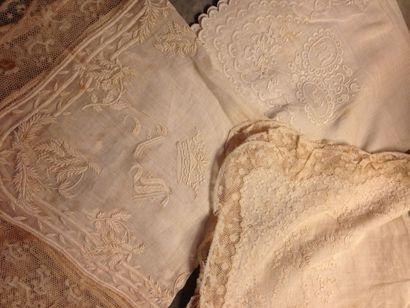 Quatre beaux mouchoirs en linon brodé, bordés...