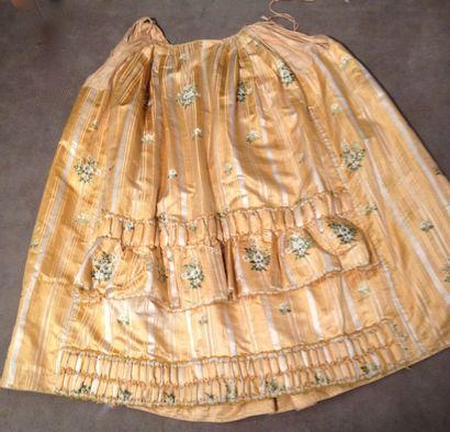 Robe à la française en pékin broché, vers 1765-1770. Manteau et jupon en pékin fond...