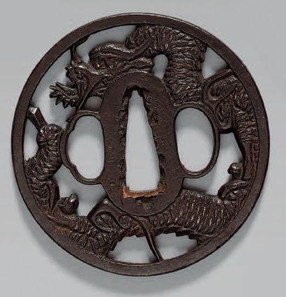 TSUBA en fer à décor d'un dragon, signé:...