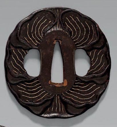 TSUBA en fer à motif de feuilles de nénuphar....