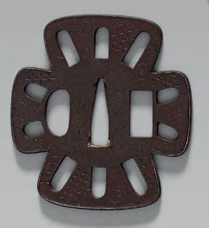 TSUBA en fer ajouré et ciselé de motifs géométriques,...