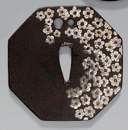 TSUBA en fer à décor en hira-zogan de fleurs...