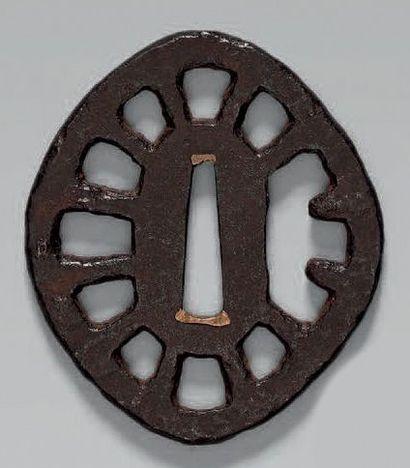 TSUBA en fer ajouré représentant une roue....