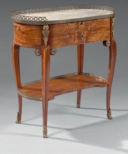Rare table de salon à usage de poudreuse en placage de bois de rose ou de fil. De...