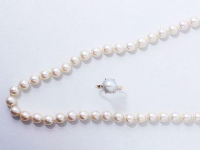 Collier composé d'une légère chute de perles...