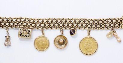 Bracelet en or 18 K composé de maillons enchevêtrés...