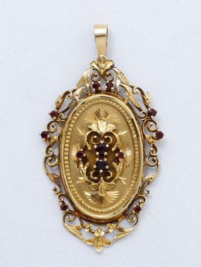 Pendentif en or 18 K, de forme ovale à décor...
