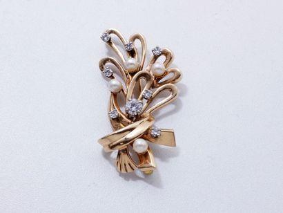 Broche volute en or 18 K, ornée de perles...