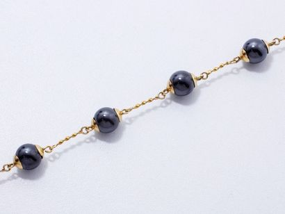 Bracelet en or 18 K, habillé de 7 perles...
