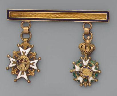 Brochette en or, émaillée bleu, à deux décorations:...