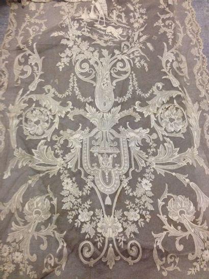 Beau rideau en tulle brodé, vers 1900. Application...