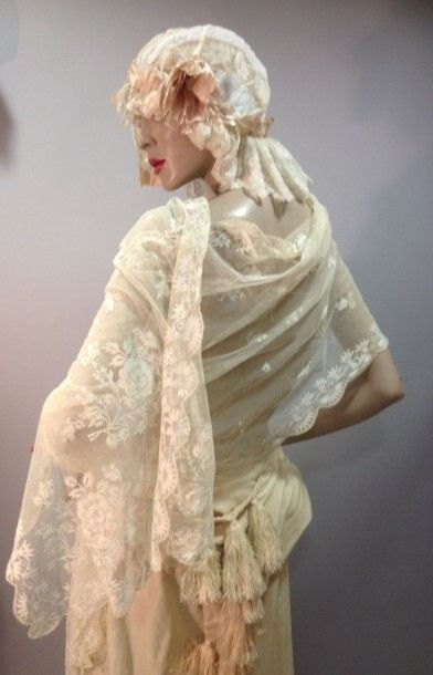 Coiffe de boudoir en linon brodé et dentelle....