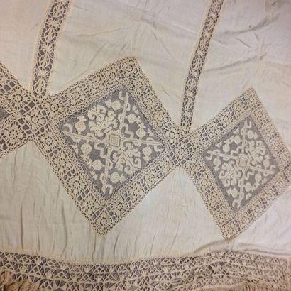 Réunion d'un grand rideau en coton avec incrustation...