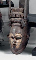 Bini. (Nigéria). Ancien et beau masque anthropomorphe...