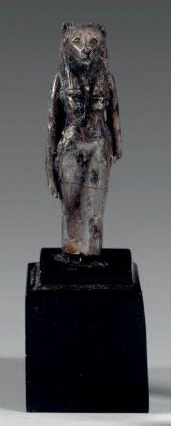 Amulette représentant Sekhmet debout, vêtue...