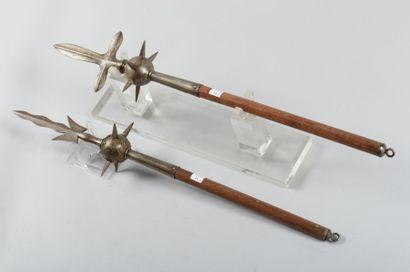 Deux marteaux d'armes à pointe terminés par...